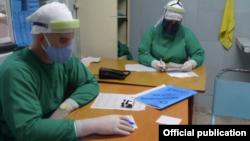 """Trabajadores del Hospital Universitario """"Manuel Ascunce Domenech"""" en la ciudad de Camagüey."""