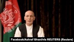 El expresidente afgano Ashraf Ghani pronuncia un discurso sobre los últimos acontecimientos en el país desde su exilio en los Emiratos Árabes Unidos. [Foto tomada de un video de las redes sociales el 18 de agosto de 2021].