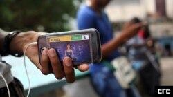 Un hombre revende ilegalmente tarjetas de conexión a internet en La Habana (Cuba).