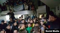 El exalcalde, opositor venezolano Daniel Ceballos se dirige a presos políticos el miércoles 16 de mayo en la sede del SEBIN. (Twitter).