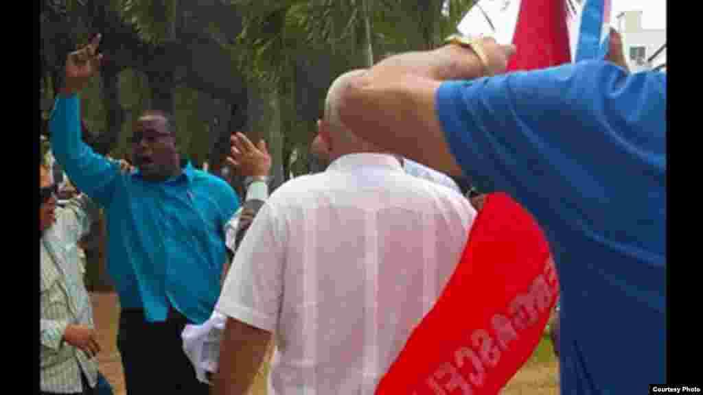 Golpean a activistas cubanos cuando ponían flores a Martí