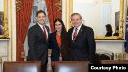 Yoani Sánchez con los senadores Marco Rubio y Bob Menéndez