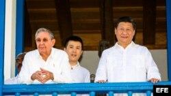 Raúl Castro (i), y el presidente de China, Xi Jinping.