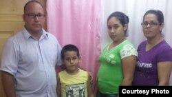 El pastor ramón Rigal, junto a sus hijos y su esposa Adya Expósito Leyva. (Archivo)