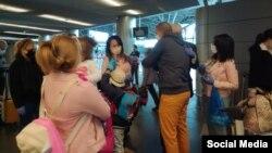Cubanos atrapados en Rusia se despiden de familiares en el Aeropuerto Vnukovo de Moscú