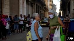 Los ancianos llevan la parte más difícil en medio de la crisis por el coronavirus en Cuba. (Yamil Lage/AFP),