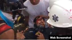 La Cruz Roja atiende a uno de los manifestantes heridos este sábado en Caracas