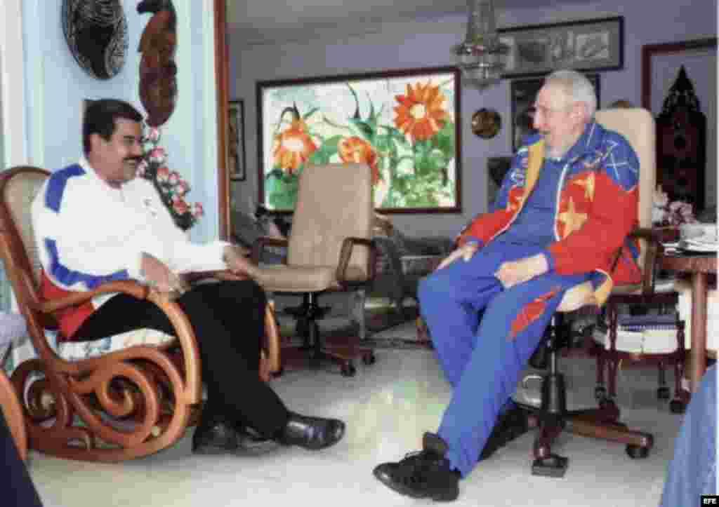 """Fotografía cedida por el sitio oficial Cubadebate de la reunión Fidel Castro y el presidente de Venezuela, Nicolás Maduro. """"Lo que hace hoy Venezuela es un ejemplo excepcional"""" aseguró el expresidente cubano."""
