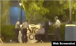 Varios agentes detienen a José Daniel Ferrer en el Parque Céspedes de Santiago de Cuba.