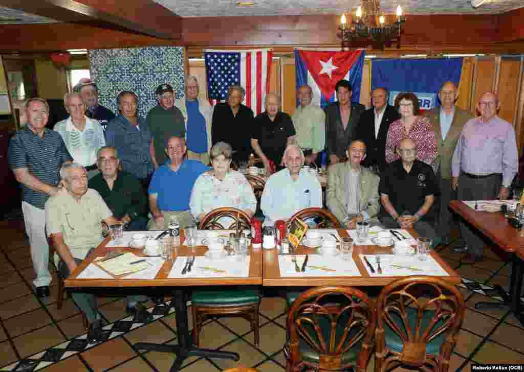 Miembros del Movimiento Recuperación Revolucionaria, durante el desayuno que se celebró en el restaurante La Carreta en la Ciudad de Coral Gables.