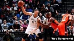 Brook López, de los Brooklyn Nets en acción...