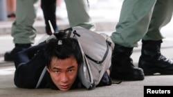 Un manifestante detenido en Hong Kong el 1 de julio de 2020. REUTERS/Tyrone Siu
