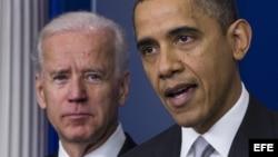 El presidente estadounidense, Barack Obama (d), comparece ante la prensa ante el vicepresidente, Joe Biden (i), en la Casa Blanca en Washington DC, Estados Unidos, para hablar del control de las armas a raíz de la masacre en una escuela de Newtown. ,
