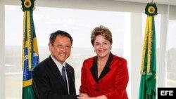 Fotografía cedida por la presidencia de Brasil donde se ve a la mandataria, Dilma Rousseff, posando junto al presidente mundial de Toyota, Akio Toyoda.