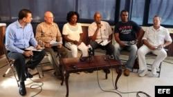 De izquierda a derecha, los miembros de la disidencia cubana Antonio Rodiles, Dagoberto Valdés, Berta Soler, Guillermo Fariñas, Ángel Moya y Egberto Ángel Escobedo.