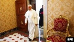 El Papa Francisco, hoy, dirigiéndose a una audiencia privada en El Vaticano con el presidente de Letonia Andris Berzins.