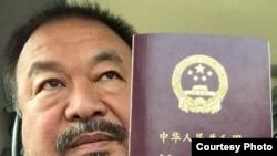 Ai Weiwei muestra su pasaporte chino en Instagram.