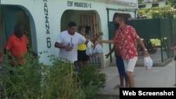 Activistas entregan ayuda a residentes de El Roble, en Guanabacoa. (Video/Facebook)