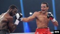 El boxeador cubano, Yoan Pablo Hernández (d), y el estadounidense, Steve Cunningham (i).