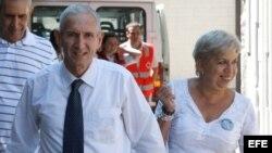 Foto de archivo del expreso político cubano Juan Adolfo Fernández Saínz, a su llegada a Madrid el 20 de agosto de 2010 acompañado de su esposa tras ser excarcelado.