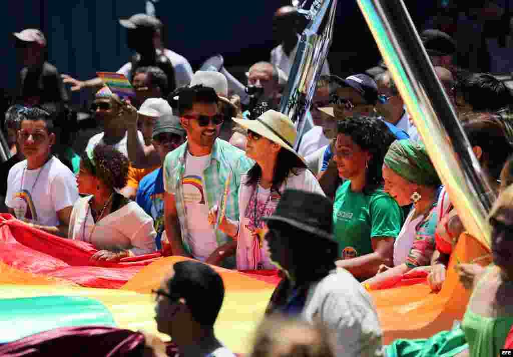 Mariela Castro (c), directora del Centro Nacional de Educación Sexual (Cenesex), e hija del gobernante cubano Raúl Castro, encabeza una conga por los derechos LGTBI.