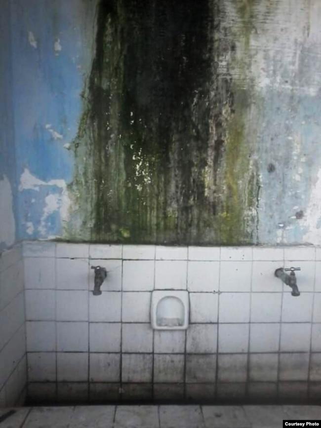 Uno de los baños comunes que usan los refugiados en el albergue. (Foto: Pedro Luis García)