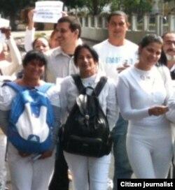Reporta Cuba. Damas de Blanco de Matanzas (frente), 20 de diciembre. Foto: Ángel Moya.