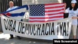 Plataforma opositora cubana entrega carta en embajada de EEUU en Madrid