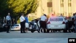 Oficiales del Servicio Secreto detienen a un hombre que lanzó petardos de fuegos artificiales hoy, lunes 16 de septiembre de 2013, frente a la Casa Blanca.