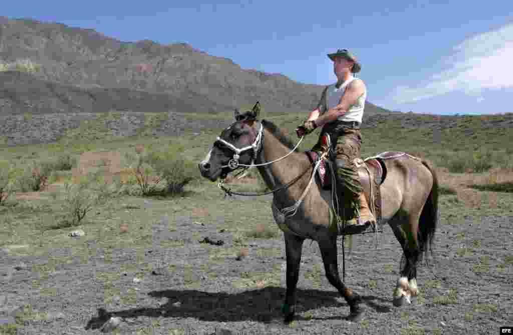 El presidente ruso Vladimir Putin paseando a caballo en la República de Tuva.
