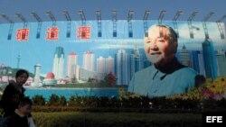 Cartel gigante de Deng Xiaoping en la ciudad de Qingdao (China).