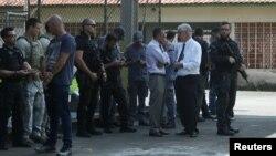 La policía en las afueras de la escuela.