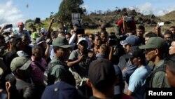 Venezolanos tratan de buscar ayuda en Pacaraima, Roraima, cruce fronterizo con Venezuela.