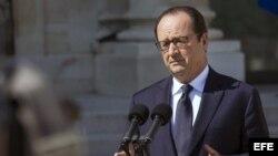 El presidente francés, François Hollande, se dirige a los medios de comunicación momentos después de un consejo de ministros extraordinario por el caso del avión Air Algeria.