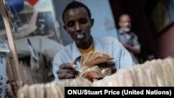 Las remesas son vitales para las familias en los países en desarrollo. Foto: ONU/Stuart Price.
