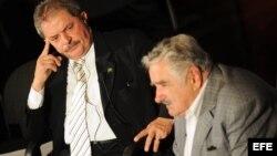 """El presidente de Uruguay, José Mujica (d), y el expresidente de Brasil Luiz Inácio Lula da Silva, participan el jueves, en Montevideo, en el debate """"¿Transformaciones en riesgo?""""."""