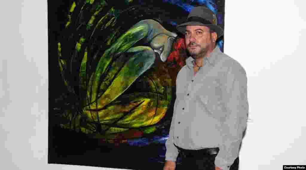 El pintor cubano Jimmy Verdecia, junto a un cuadro suyo.