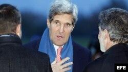 John Kerry (C) arriba a Ginebra hoy 23 Noviembre