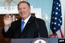 El Secretario de Estado Mike Pompeo saluda al concluir la conferencia de prensa conjunta con el canciller colombiano en Washington (Foto: Saul Loeb/AFP).