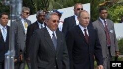 Raúl Castro (i) y Vladimir Putin (d) en la Tumba del Soldado Soviético en Artemisa.