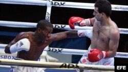 Leodán Núñez, boxeador de los Domadores de Cuba, combate con el ruso Ovik Ogannisian.
