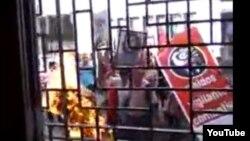 Turbas convocadas por la Seguridad del Estado amagan con incendiar la vivienda del pastor Yiorvis Bravo, sede del proscrito Movimiento Apostólico.
