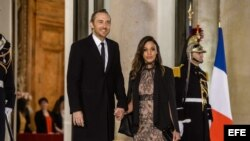 El DJ David Guetta y la modelo cubana Jessica Ledon a la entrada de la cena oficial, este lunes en París.