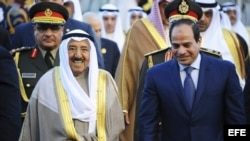 Emir de Kuwait, Sabah al Ahmad al Sabah (i) con el presidente egipcio Al Sisi (d) a su llegada a Sharm al Sheij, Egipto.