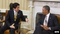 El presidente estadounidense Barack Obama (d) conversa con el primer ministro japonés Shinzo Abe (i) en el despacho Oval de la Casa Blanca, Washington, Estados Unidos hoy 22 de febrero de 2013. EFE
