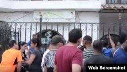 Cubanos frente a las oficinas de Migración, en Turbo, a la espera de poder obtener un salvoconducto.