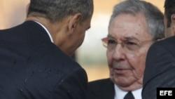 El presidente estadounidense Barack Obama (i) saluda al general cubano Raúl Castro, durante los funerales de Nelsón Mandela en Sudáfrica.