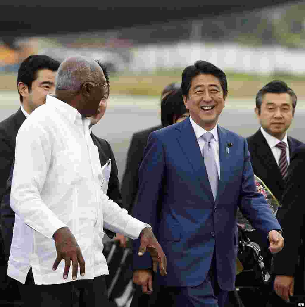 El primer ministro de Japón, Shinzo Abe junto al vicepresidente cubano, Salvador Valdéz Mesa, a su llegada a la isla.