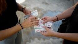 Cambio de monedas en el mercado negro. (ADALBERTO ROQUE / AFP)