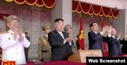 El líder norcoreano Kim Jong Un (c).